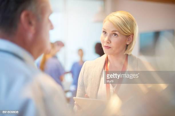 スタッフが記者会見で女性医師
