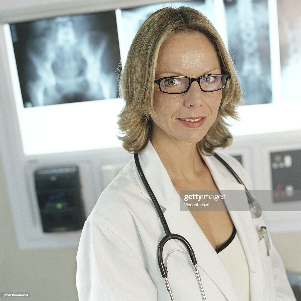 Female doctor in x-ray lab : Stockfoto