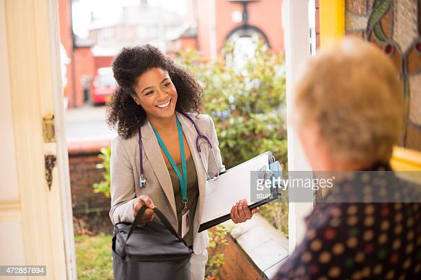 female doctor makes a house call to senior - outpatient care stock pictures, royalty-free photos & images