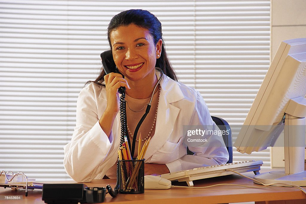 Female doctor on the telephone in her office : Stockfoto