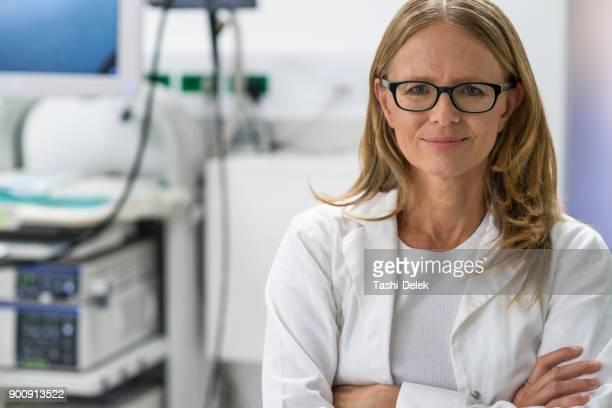 female doctor - bata de laboratório imagens e fotografias de stock