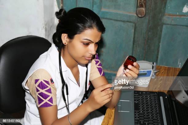 Femme médecin préparation injection en clinique