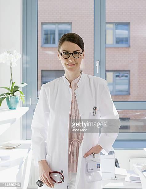female doctor, smiling, portrait - blouse de laborantin photos et images de collection