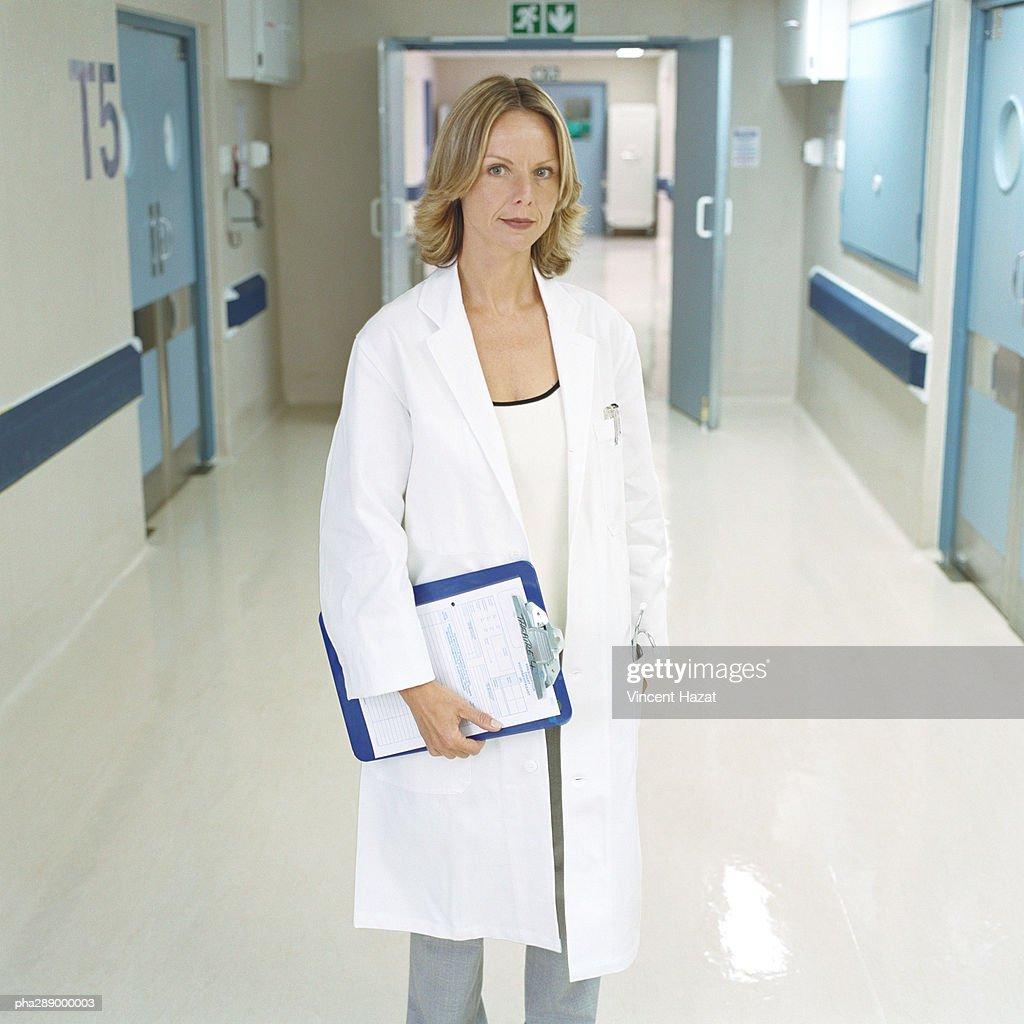 Female doctor standing in hospital corridor : Stockfoto