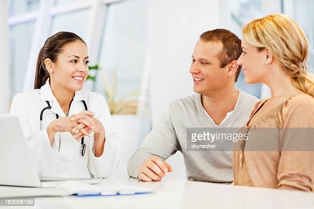 Ärztin im Gespräch mit ein paar.