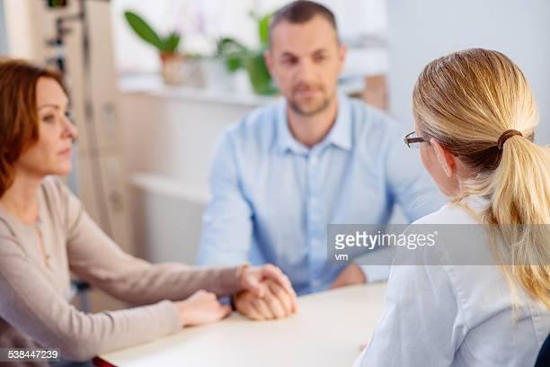 Ärztin sprechen und ein Älteres Paar
