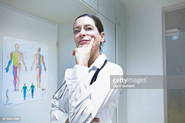 female doctor thinking with hand on chin, freiburg im breisgau, baden-württemberg, germany - sigrid gombert 個照片及圖片檔