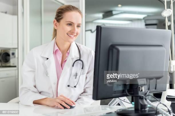 デスクトップ pc を使用して女性の医師