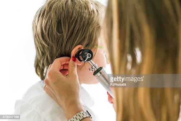 女医オトスコープを使用して子供の - pjphoto69 ストックフォトと画像