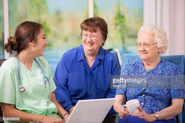 Ärztin Besuche Ältere Frau patient im Altersheim.  Laptop.