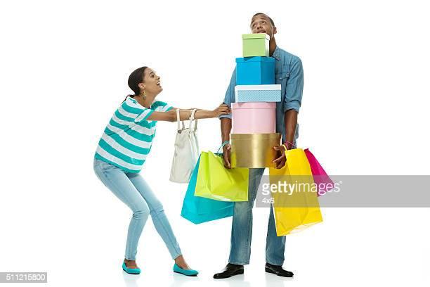 Frauen Schleppen male nach mehr Einkaufsmöglichkeiten