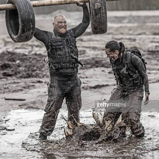 女性訓練教官訓練屋外泥に男性兵士を剃毛