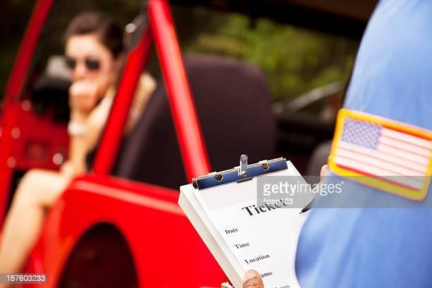 Femme en rouge faire le conducteur du véhicule contravention de police de base.