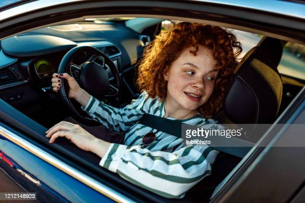 vrouwelijke bestuurder die over schouder kijkt - terugtrekken stockfoto's en -beelden
