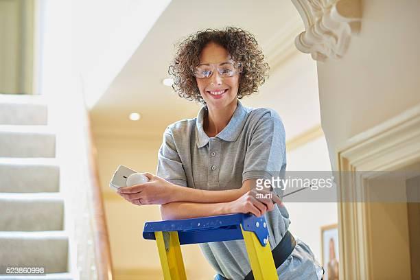 Weibliche Elektriker geschnittene Alarmsensor