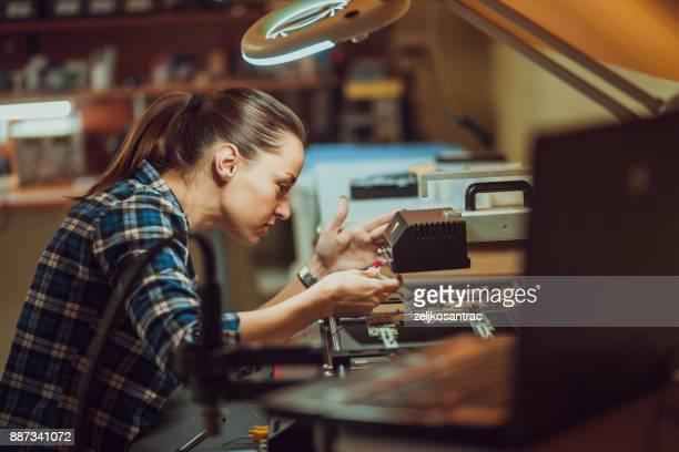 vrouwelijke elektronische ingenieur examencommissie computer - computeronderdeel stockfoto's en -beelden