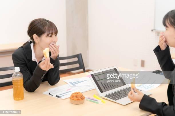 女性社員はおしゃべりしながら休憩を過ごす - 休憩中 ストックフォトと画像