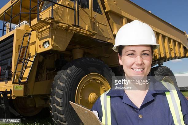 Mujer ingeniero y la industria de mercancía por carretera