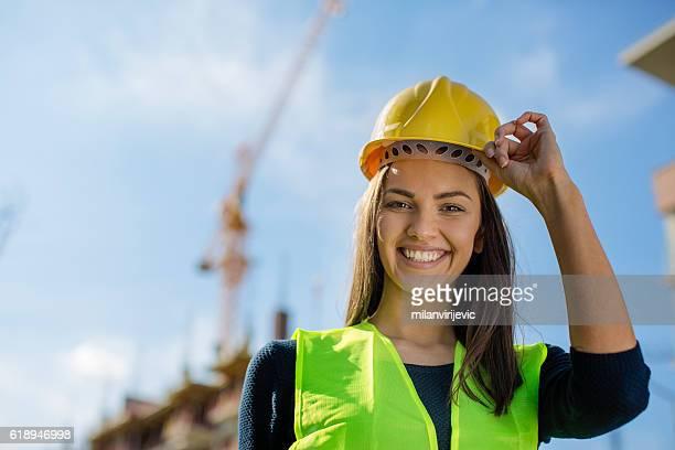 engenheira levantando o capacete amarelo - capacete de obra - fotografias e filmes do acervo