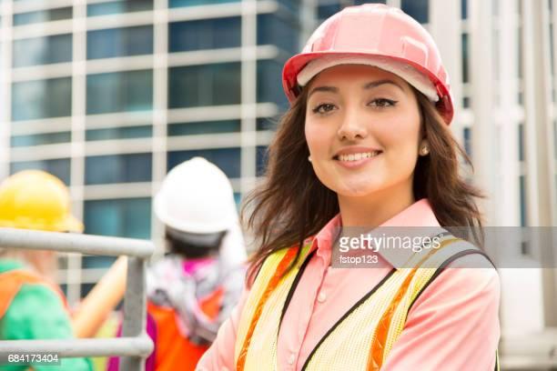 La tige femelle équipe d'ingénieur ou un architecte travaille sur un projet de construction dans la ville.