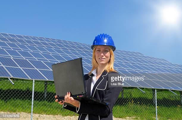 Weibliche Engineer Planung PC und Solar Panel