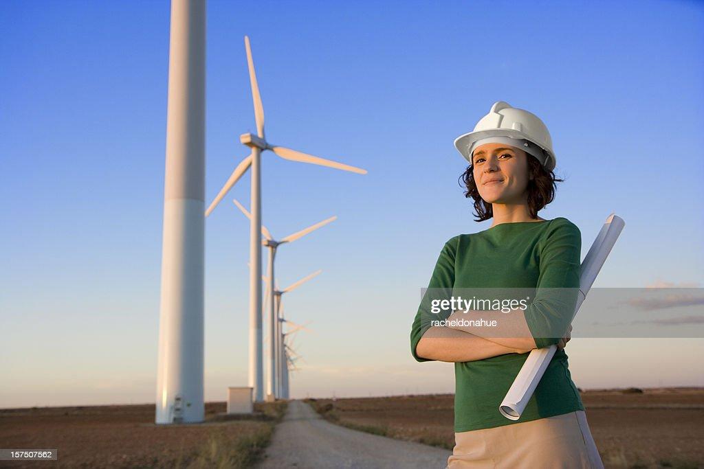 Femmina engineer è davanti ai mulini a vento : Foto stock