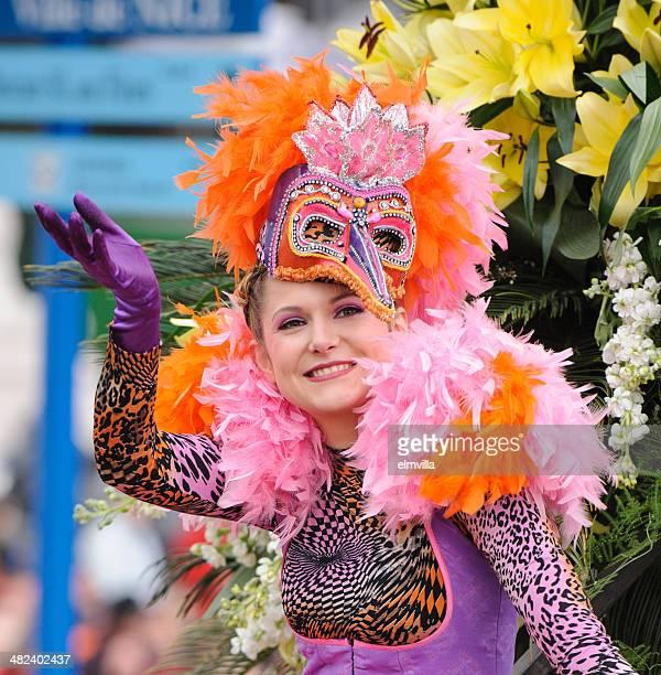 Artiste féminine à la belle fleur de carnaval