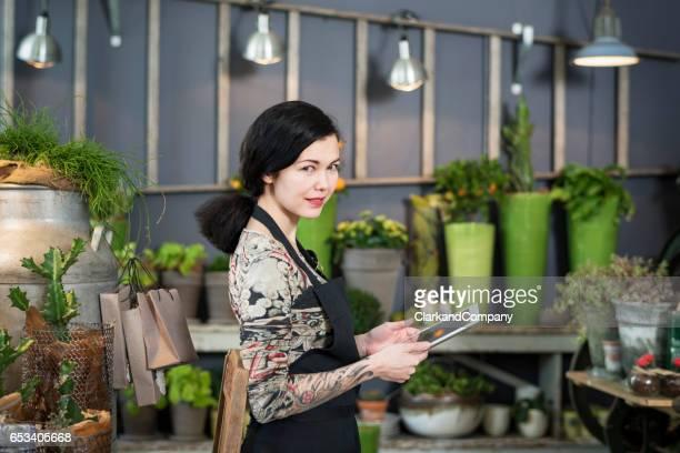 Unternehmerin bei der Arbeit in ihrem Floristen-Boutique