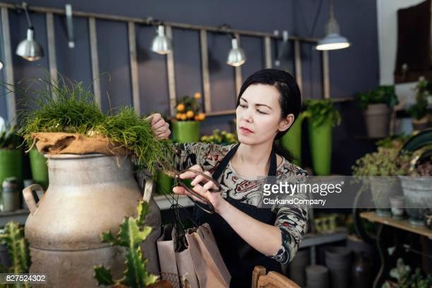 Vrouwelijke ondernemer aan het werk in haar bloemisten Boutique