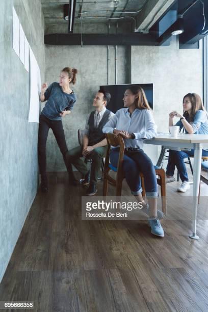 Unternehmerin dabei Präsentation im Büro Sitzungssaal