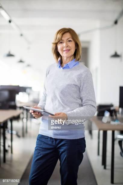 unternehmerin im büro mit digital-tablette - westeuropa stock-fotos und bilder