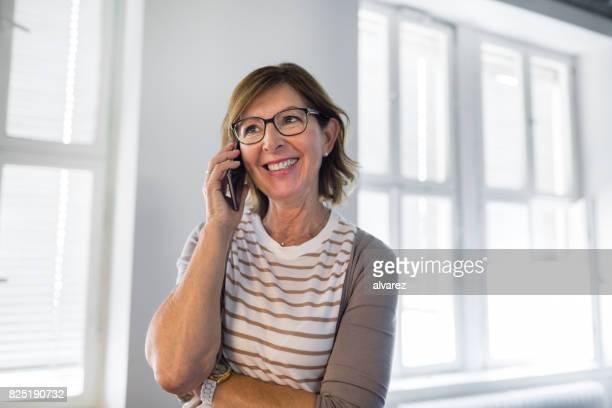 Unternehmerin mit Handy beim Start