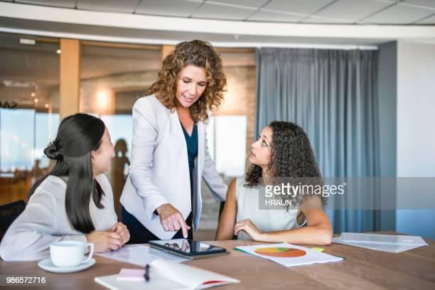 Entrepreneurs féminins discuter sur tablette