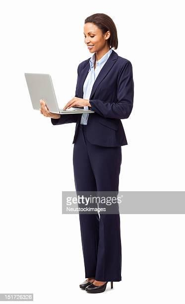Exécutive femme surfer sur Internet sur un ordinateur portable-isolé