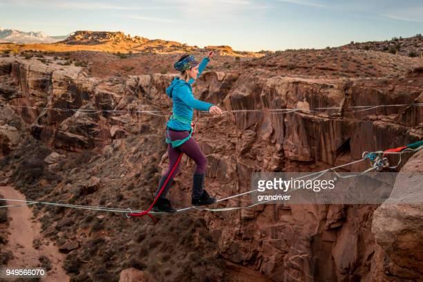Weibliche Extreme Sportler Highlinen oder Slacklinen in der Nähe von Moab Utah