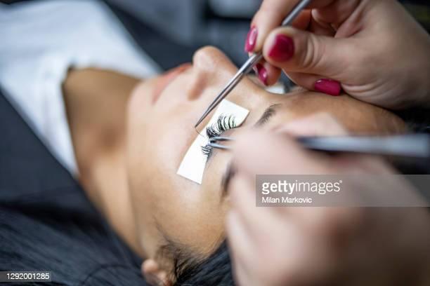 長いまつげで女性の目。まつげ延長手順。まつげ,クローズアップ,マクロ,選択的焦点 - つけまつげ ストックフォトと画像