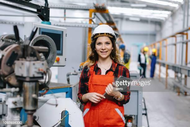 ouvrier d'usine femelle à l'aide de tablette numérique - directrice photos et images de collection