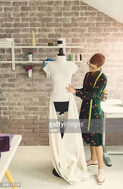 Weibliche Mode-Designer In Ihrem Werkstatt