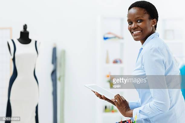 Weibliche Mode-designer mit digital tablet im Büro.