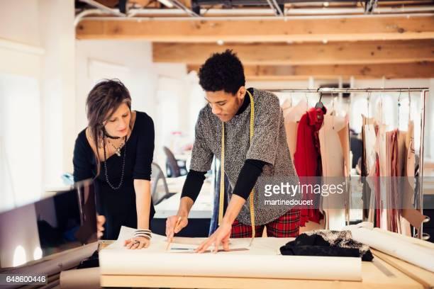 """kvinnligt mode designer arbetar med mönsterverktyg på nya skapelser. - """"martine doucet"""" or martinedoucet bildbanksfoton och bilder"""
