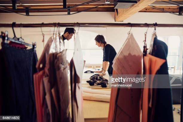 """designer de moda feminino trabalhando com criador de padrões em novas criações. - """"martine doucet"""" or martinedoucet - fotografias e filmes do acervo"""