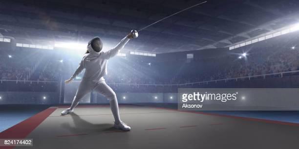 esgrimista feminina no grande palco profissional - esgrima esporte de combate - fotografias e filmes do acervo