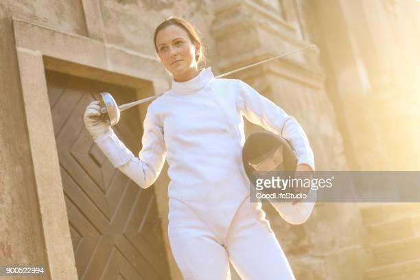 feminino esgrimista - esgrima esporte de combate - fotografias e filmes do acervo