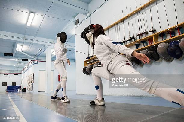 female fencers during a fencing match - esgrima esporte de combate - fotografias e filmes do acervo
