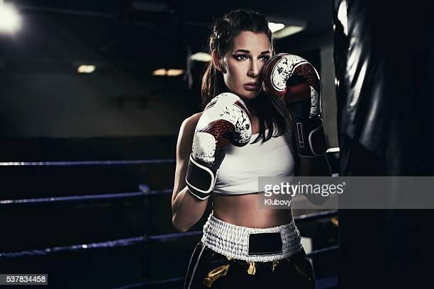 Femmina Figher in un anello per la boxe