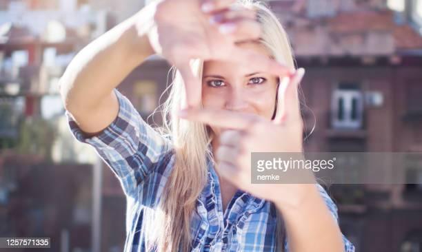 トラフの手のフレームを見て女性映画監督 - film director ストックフォトと画像