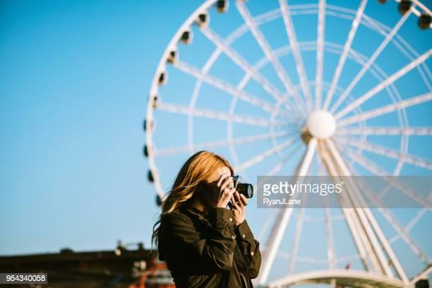 female film photographer explores seattle waterfront - seattle foto e immagini stock