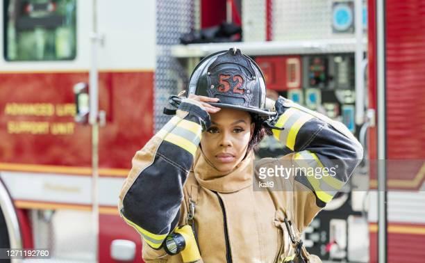 防火スーツを着た女性消防士 - 消防士 ストックフォトと画像