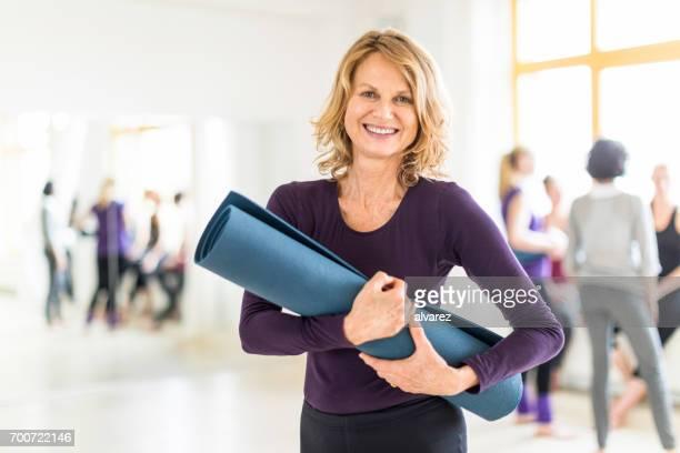 Frauen Fitness-Trainer im Yoga-Kurs