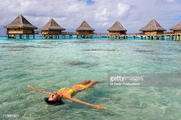 female floating bikini - femme tahitienne photos et images de collection